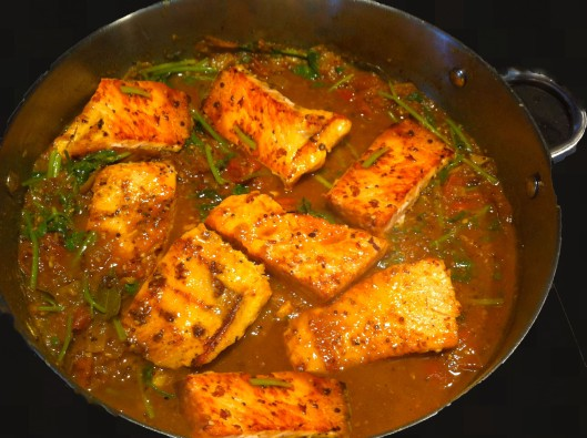 Salmon curry with tomatoes
